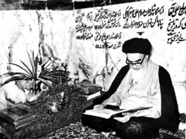 imam-khomeini-reading