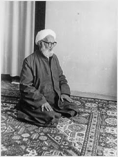 elahi-ghomshei-praying