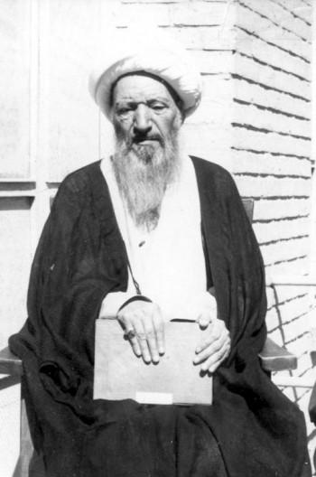 mola-ali-hamedani-with-book