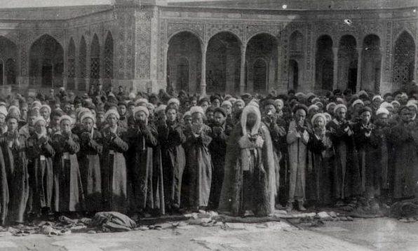 نماز جماعت حاج شیخ عبدالکریم حائری یزدی در حرم حضرت معصومه(س)