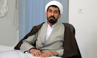 reza-eslami-at-desk-375x225