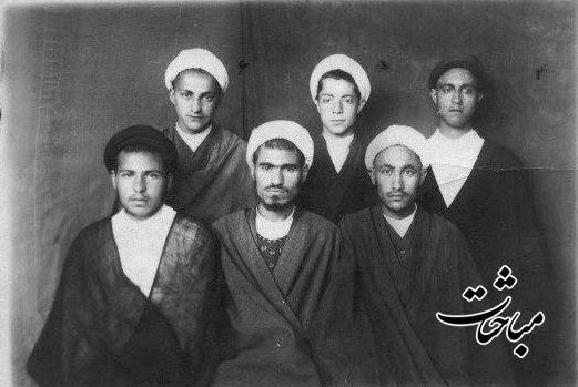 ردیف نشسته، نفر اول از سمت چپ، در کنار مرحوم آیتﷲ مشکینی