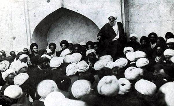 تصویر درس خارج فقه آخوند خراسانی در نجف حضرات آیات غروی کمپانی و بروجردی در سمت چپ آخوند دیده میشوند