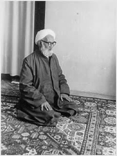 elahi-ghomshei-praying